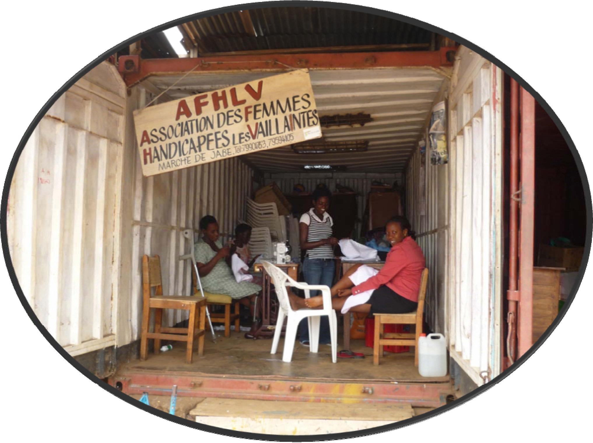 le ragazze dell'atelier l'Espoir all'inizio della loro attività nel container