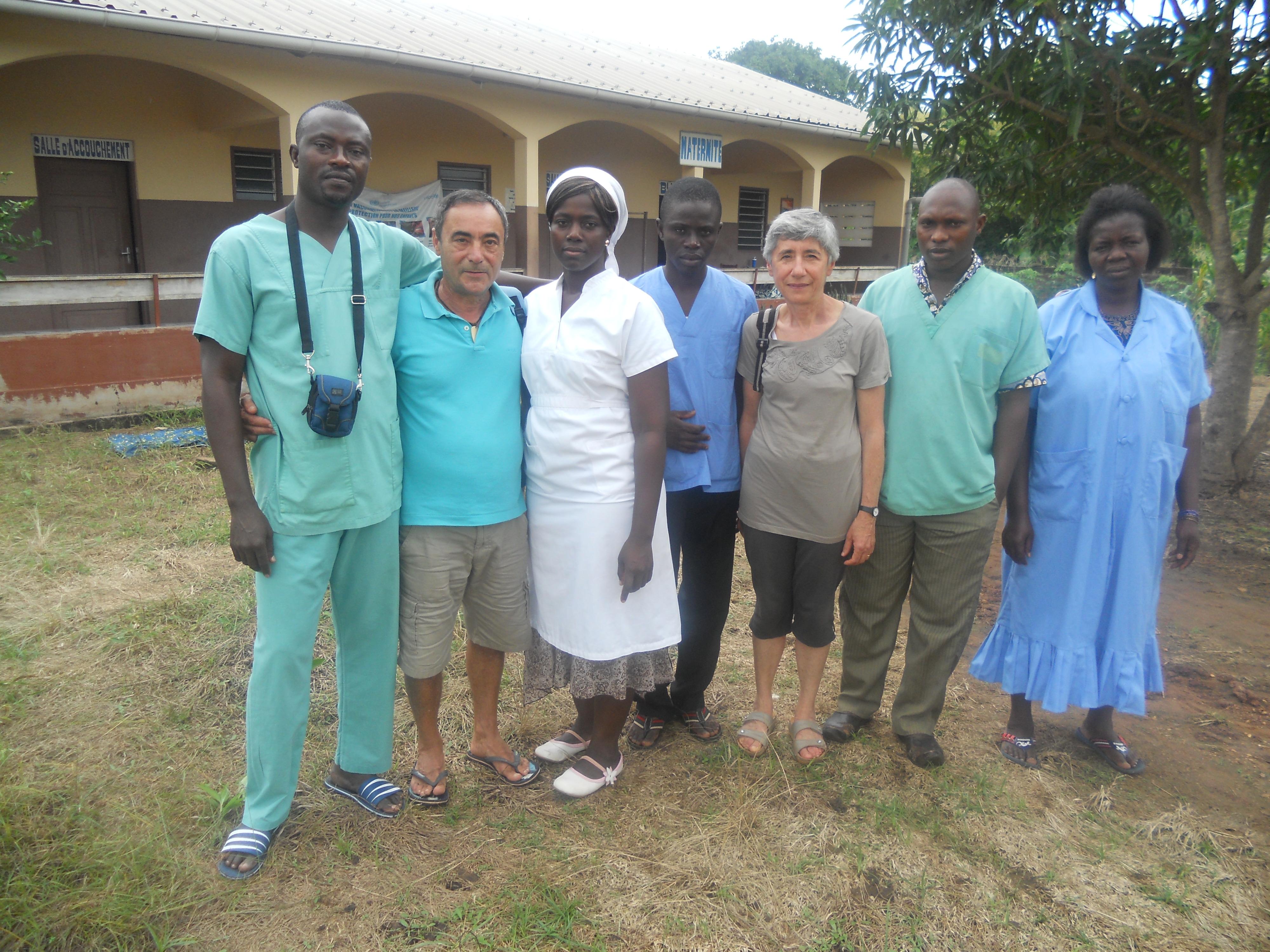 Ciro e Anna col personale del centro sanitario di Asrama in Togo